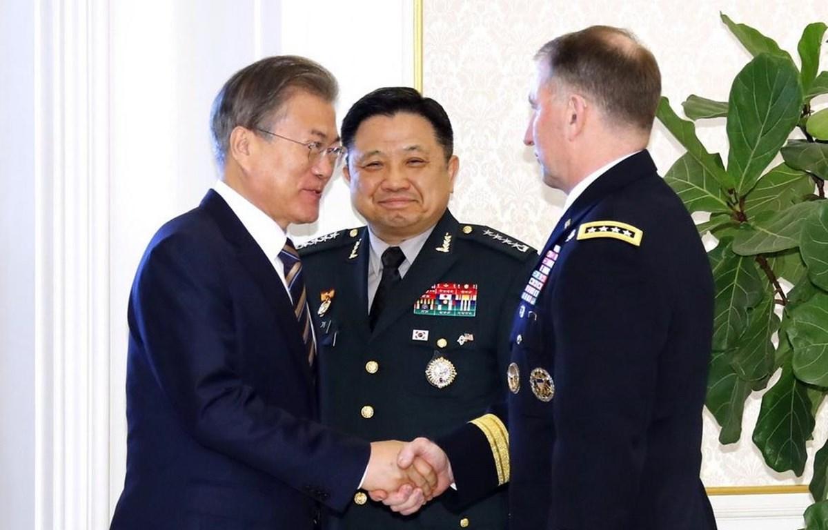 Tổng thống Moon Jae-in bắt tay Tướng Robert Abrams. (Nguồn: Yonhap)