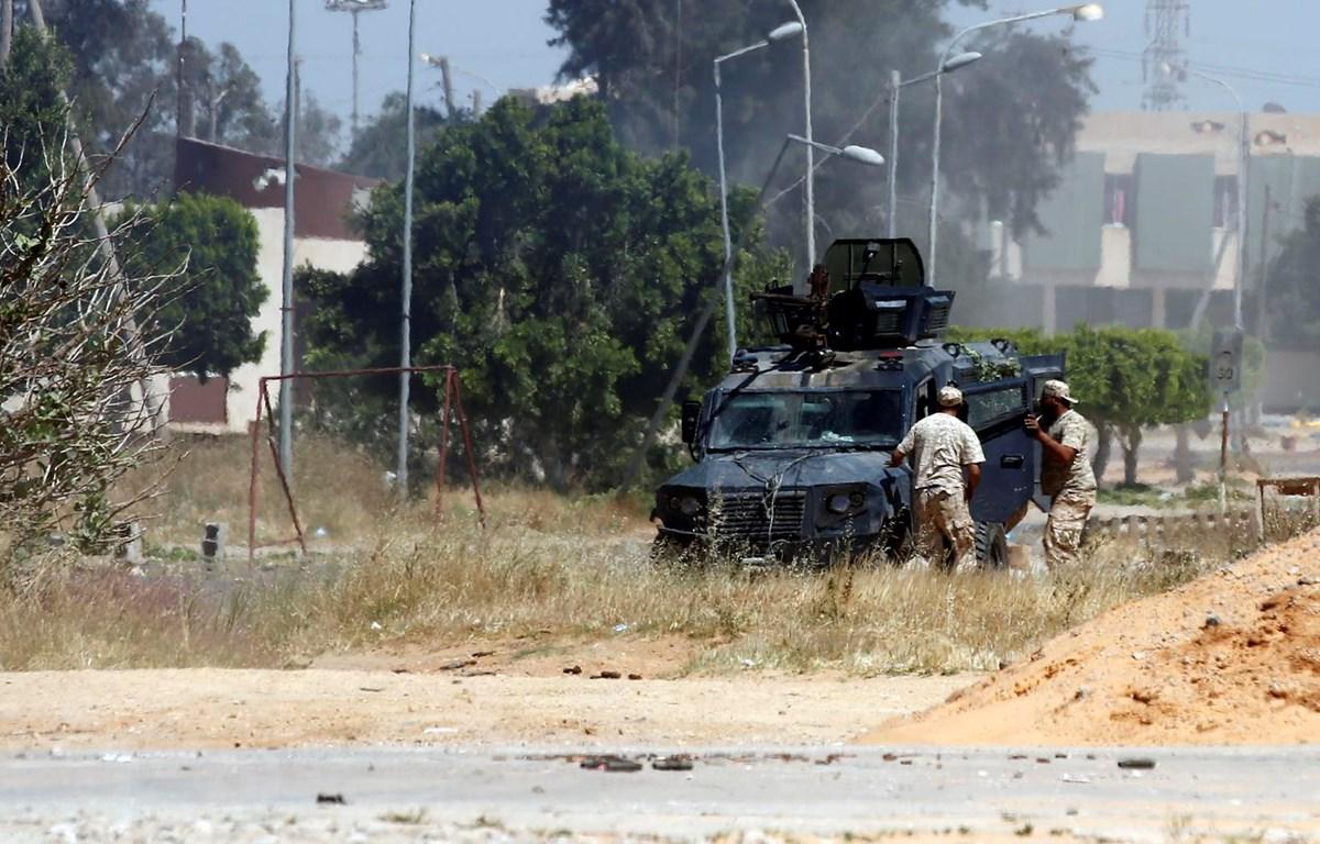 Lực lượng vũ trang ủng hộ Chính phủ Libya được LHQ công nhận giao tranh với các tay súng thuộc chính quyền miền Đông do Tướng Khalifa Haftar đứng đầu. (Ảnh: THX/TTXVN)