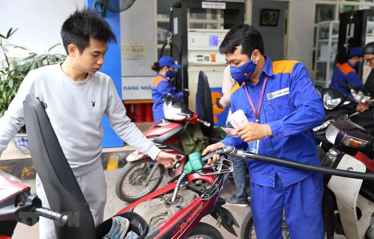 Khách đến mua xăng tại cửa hàng bán lẻ xăng, dầu số 9 Trần Hưng Đạo (Hà Nội). (Ảnh: Huy Hùng – TTXVN)