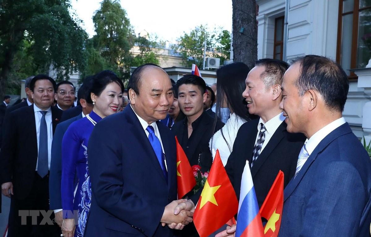 Thủ tướng Nguyễn Xuân Phúc với cán bộ Đại sứ quán, Cộng đồng người Việt Nam tại Liên bang Nga. (Ảnh: Thống Nhất/TTXVN)