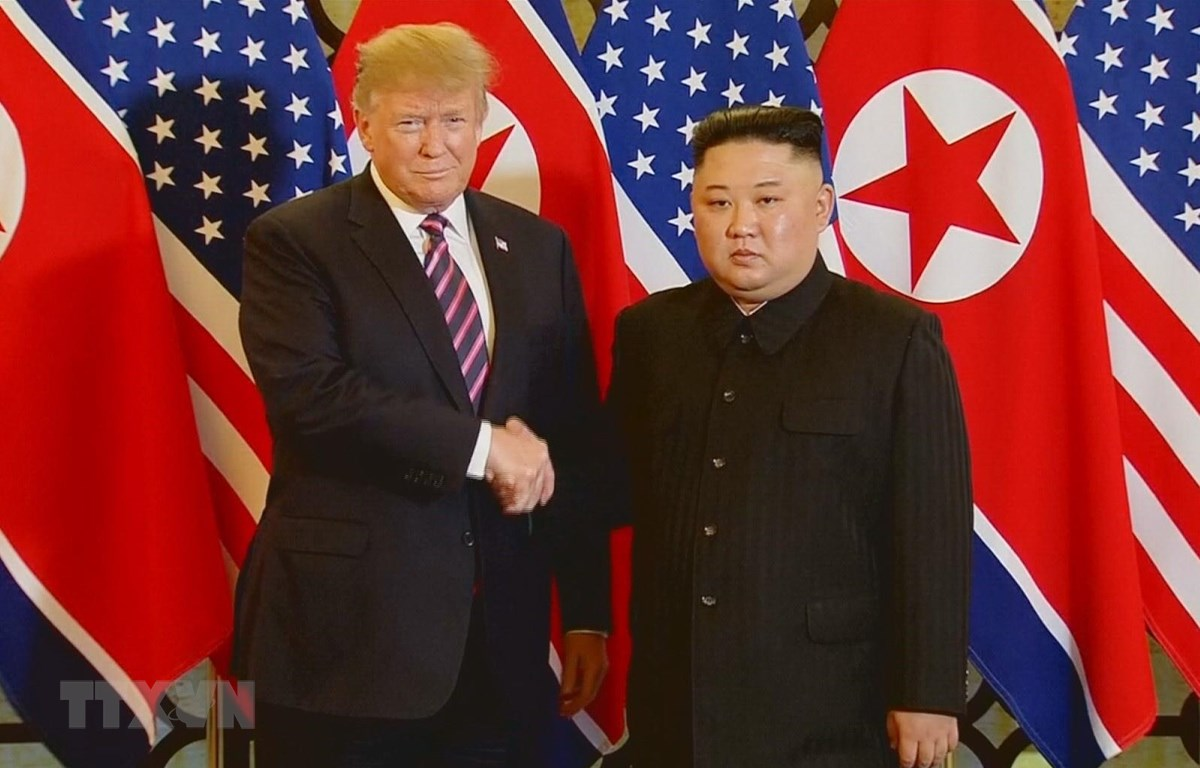 Tổng thống Mỹ Donald Trump và Chủ tịch Triều Tiên Kim Jong-un tại Hội nghị Thượng đỉnh Mỹ-Triều Tiên lần thứ hai. (Ảnh: TTXVN phát)
