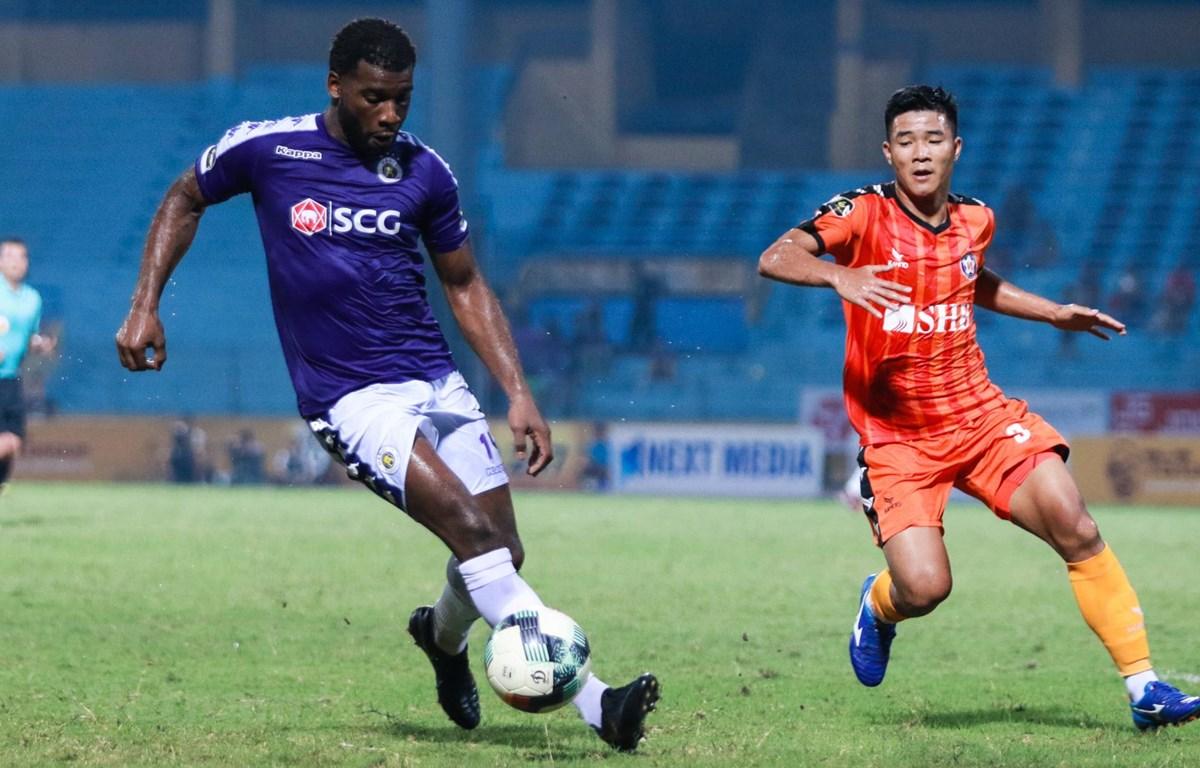 Hà Nội FC (áo xanh) thi đấu vòng 13 sớm hơn 1 ngày. (Ảnh: Nguyên An/Vietnam+)