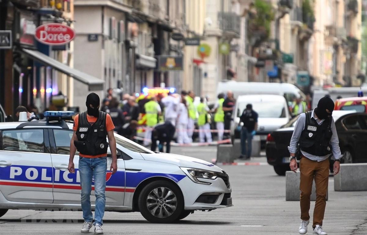 Cảnh sát Pháp điều tra tại hiện trường vụ nổ gói bưu kiện nghi là bom trên phố đi bộ ở Lyon ngày 24/5. (Ảnh: AFP/TTXVN)