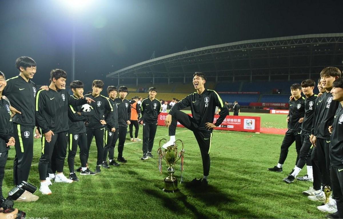 Cầu thủ U18 Hàn Quốc giẫm chân lên cúp vô địch Panda Cup 2019. (Nguồn: Sina)