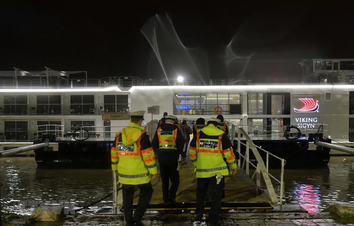Cảnh sát Hungary điều tra tàu chở khách Viking Cruises Sigyn sau vụ va chạm với du thuyền 'Hableany' trên sông Danube. (Ảnh: AFP/TTXVN)