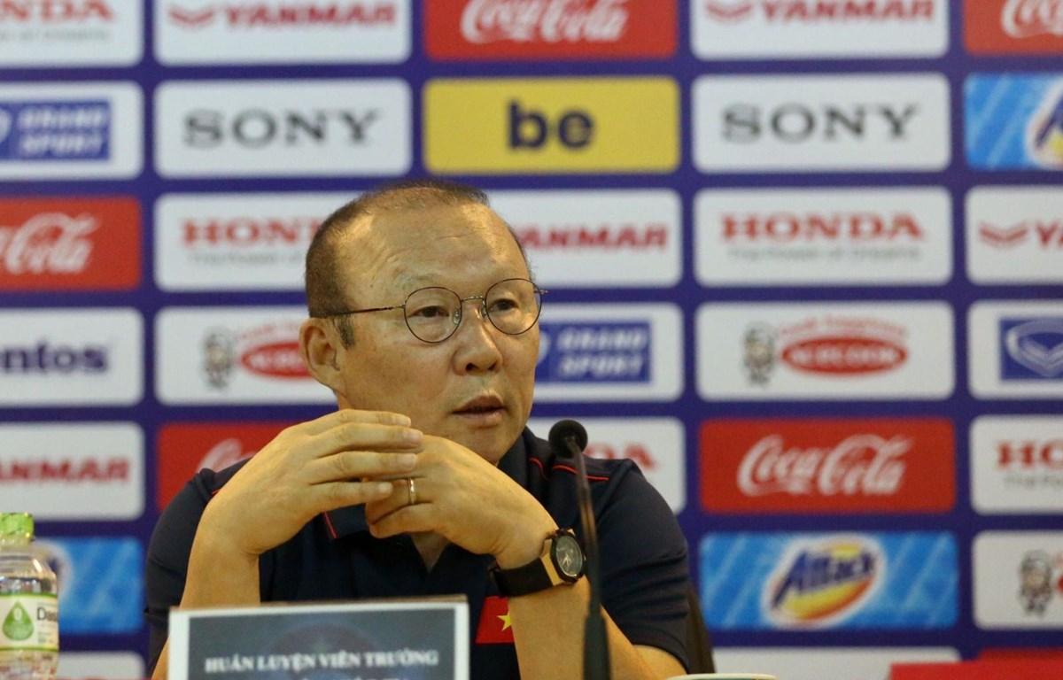 HLV Park Hang-seo trả lời báo chí trước khi sang Thái Lan dự King's Cup. (Nguồn: VFF)