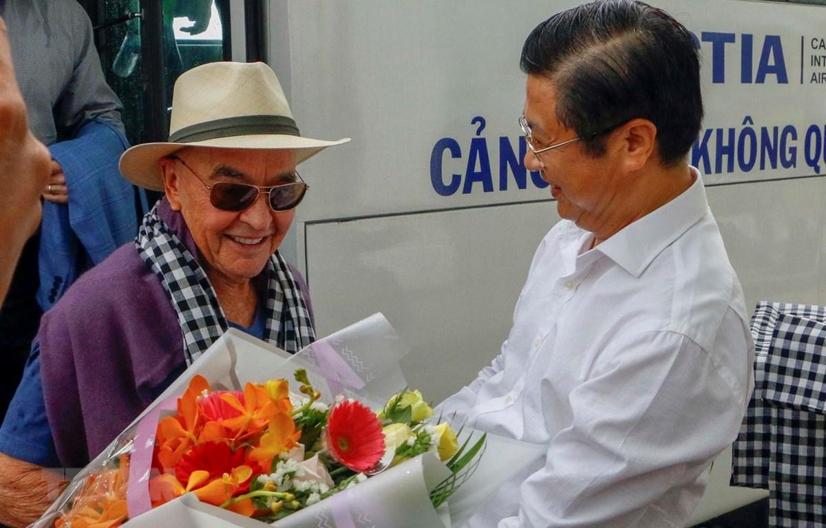 Phó Chủ tịch UBND thành phố Cần Thơ Trương Quang Hoài Nam chào đón tỷ phú Joe Lewis tại Sân bay quốc tế Cần Thơ. (Ảnh: Thanh Liêm/TTXVN)