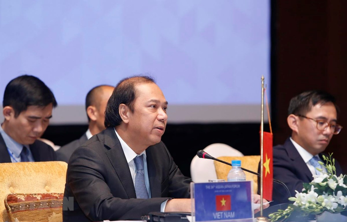 Thứ trưởng Bộ Ngoại giao Nguyễn Quốc Dũng đồng chủ trì diễn đàn. (Ảnh: Lâm Khánh/TTXVN)