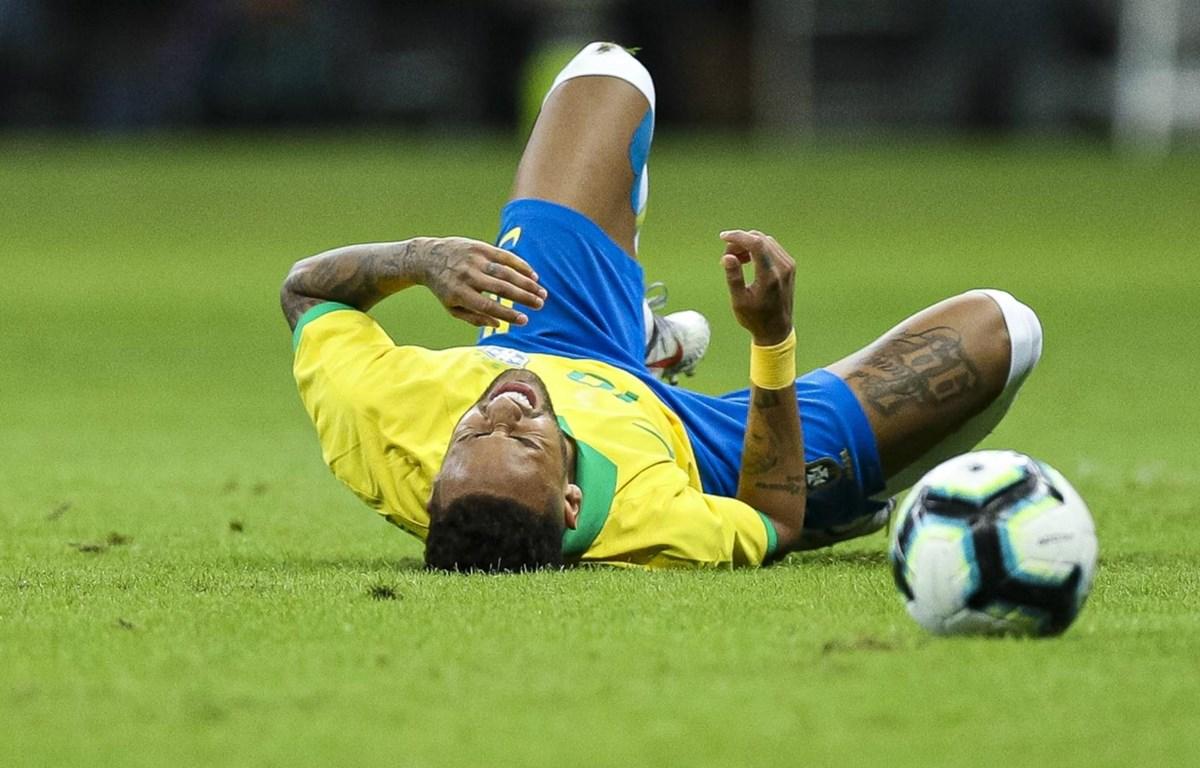 Neymar dính chấn thương trong trận gặp Qatar. (Nguồn: FOX Sports Asia)