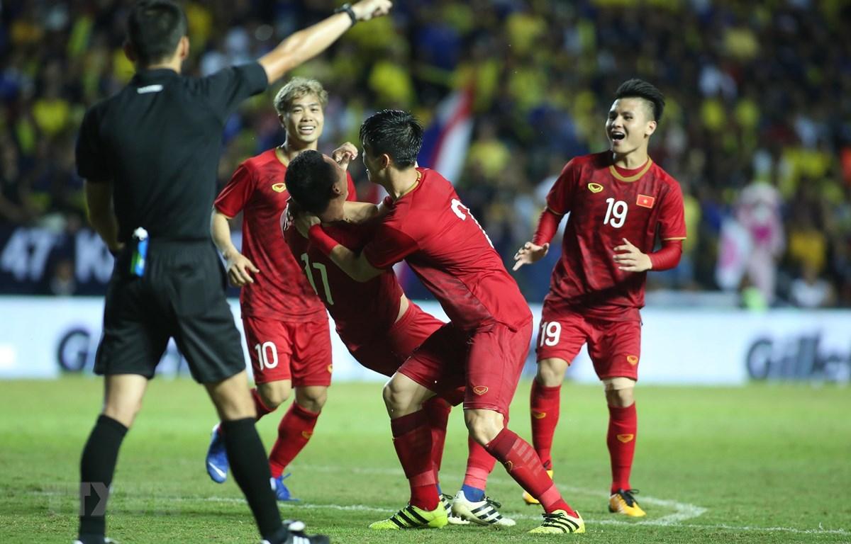 Niềm vui của các cầu thủ sau bàn thắng của Anh Đức. (Ảnh: Minh Tiến/TTXVN)