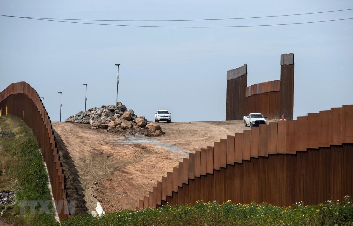 Bức tường biên giới Mỹ- Mexico, nhìn từ Tijuana, bang Baja California, Mexico, ngày 26-3. Ảnh: AFP/ TTXVN