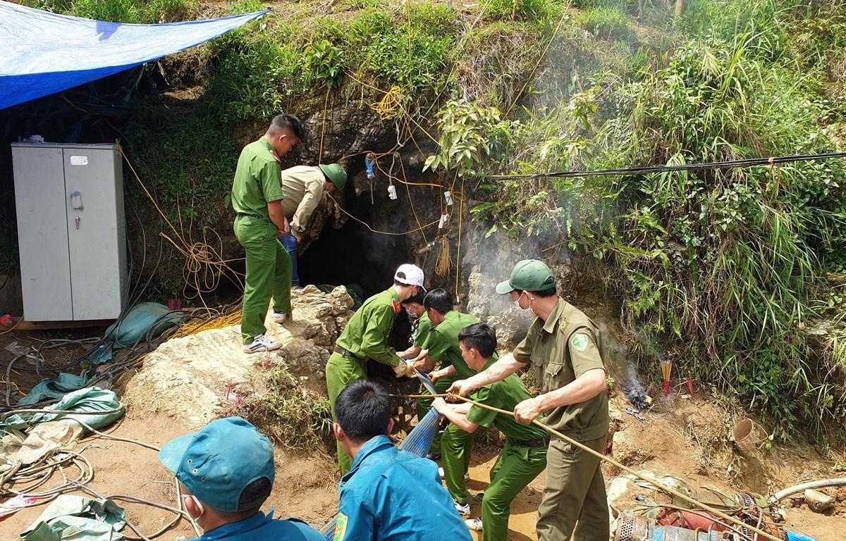 Lực lượng chức năng thực hiện các biện pháp cứu hộ cứu nạn để đưa người đàn ông bị mắc kẹt trong hang ra ngoài. (Ảnh: Quốc Khánh/TTXVN)