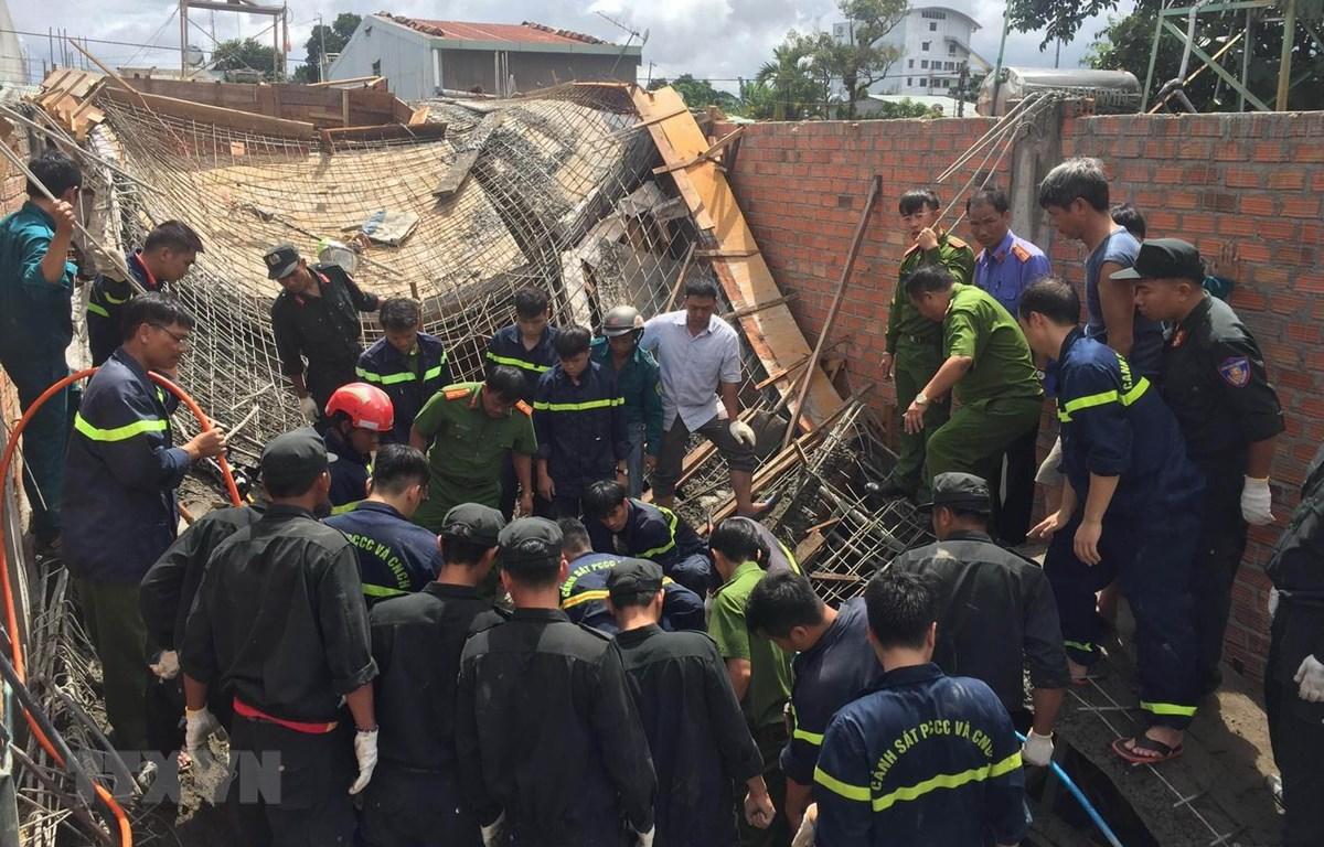 Lực lượng chức năng tiến hành cứu hộ tại hiện trường. Ảnh: Dư Toán/TTXVN)
