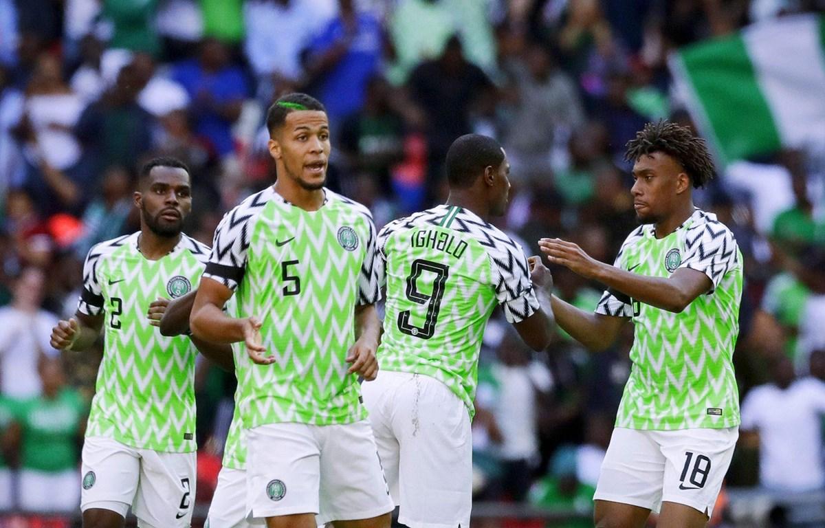 Iwobi (bìa phải) và đồng đội trong màu áo tuyển Nigeria. (Nguồn: sportskeeda)