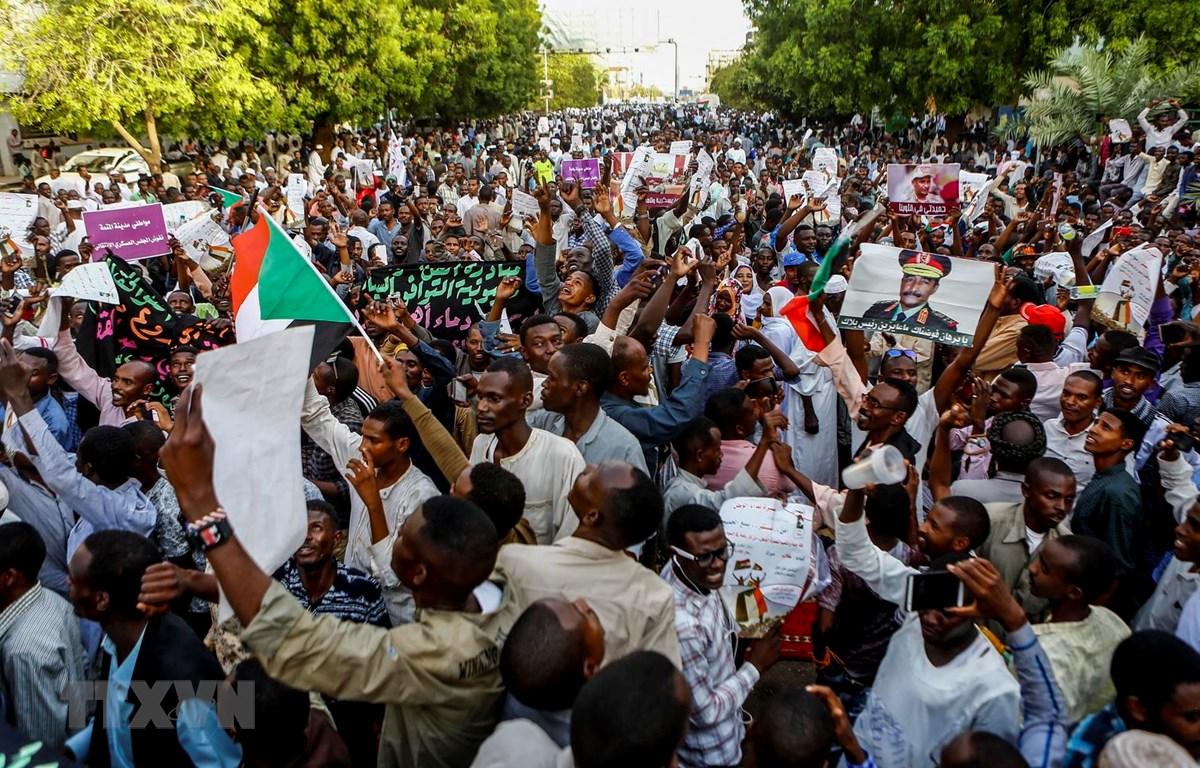 Người biểu tình tập trung tại Khartoum, Sudan, ngày 31/5. (Ảnh: AFP/ TTXVN)