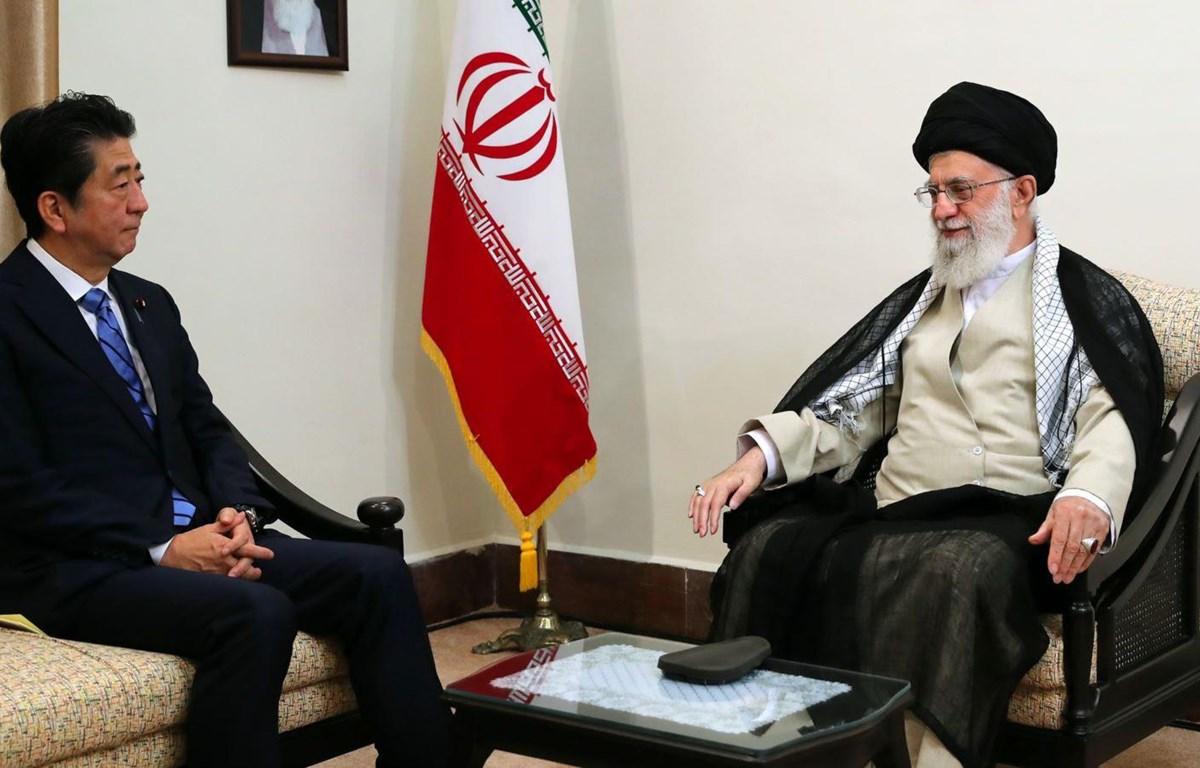 Đại giáo chủ Iran Ali Khamenei tiếp Thủ tướng Nhật Bản Shinzo Abe. (Nguồn: radiofarda.com)