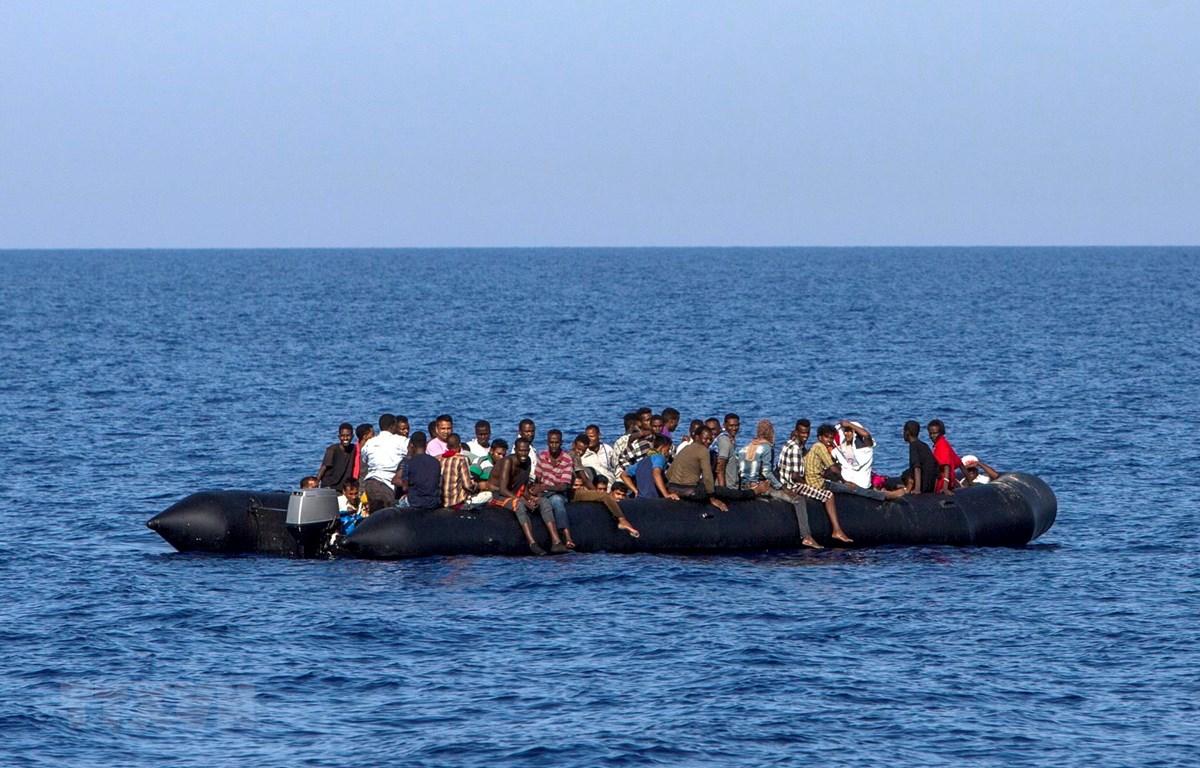Người di cư chờ được cứu trên biển Địa Trung Hải. (Ảnh: AFP/TTXVN)