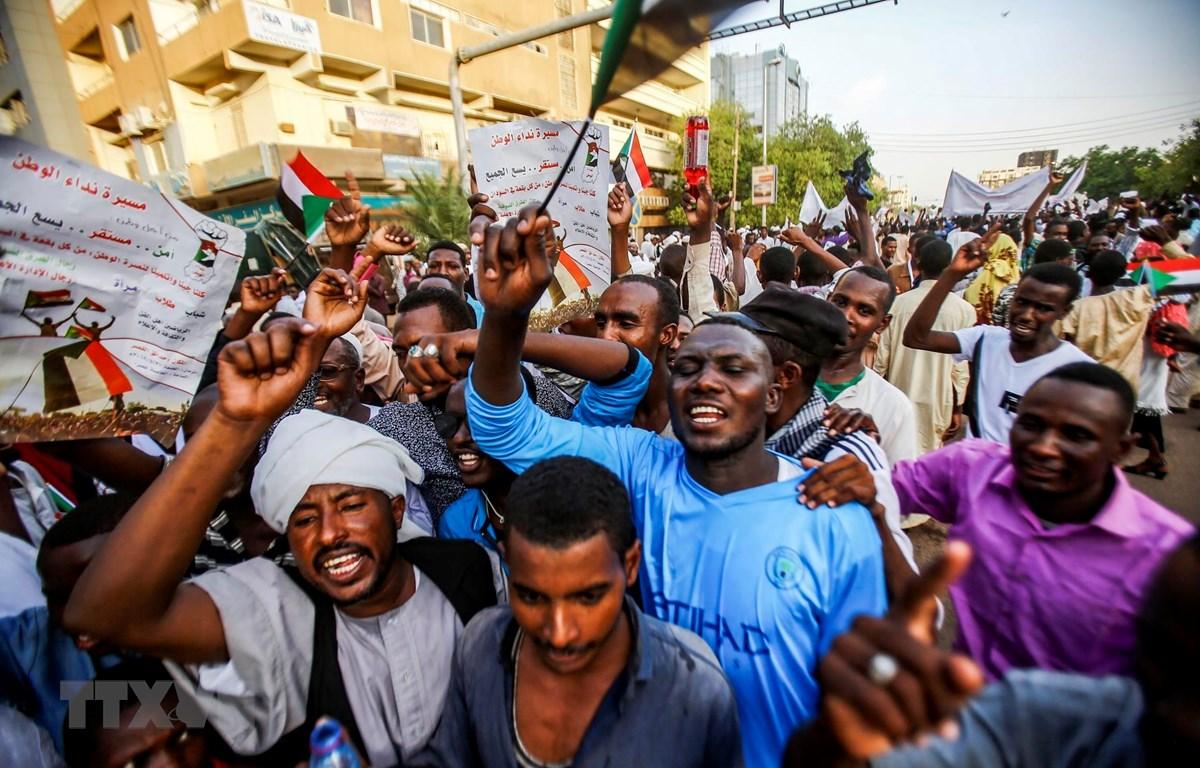 Người biểu tình tập trung tại Khartoum, Sudan. (Ảnh: AFP/ TTXVN)