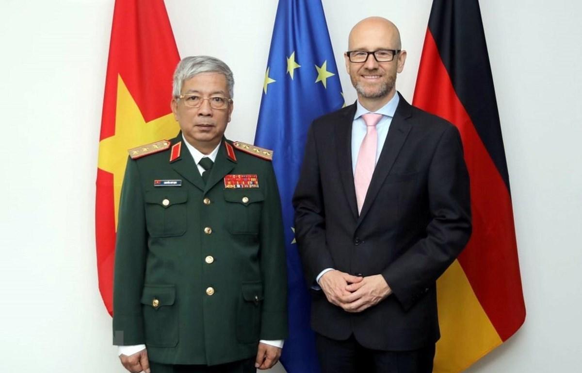 Thứ trưởng Bộ Quốc phòng Nguyễn Chí Vịnh và tiến sỹ Peter Tauber, Quốc vụ khanh Quốc phòng Cộng hòa Liên bang Đức. (Ảnh: Phạm Thắng/TTXVN)