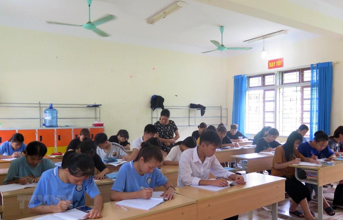 Học sinh tại Trường Phổ thông Dân tộc nội trú tỉnh Sơn La ôn tập cho kì thi. (Ảnh: Hữu Quyết/TTXVN)