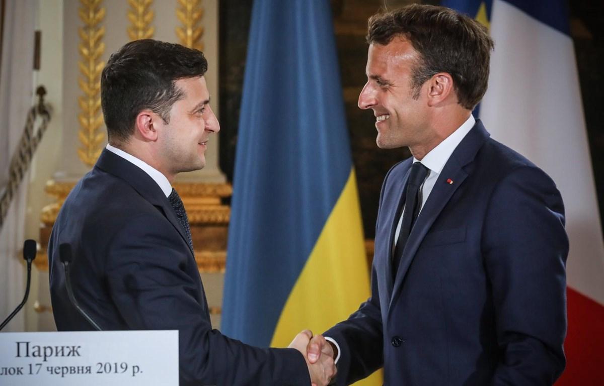 Tổng thống Pháp Emmanuel Macron (phải) và Tổng thống Ukraine Volodymyr Zelensky. (Ảnh: AFP/TTXVN)