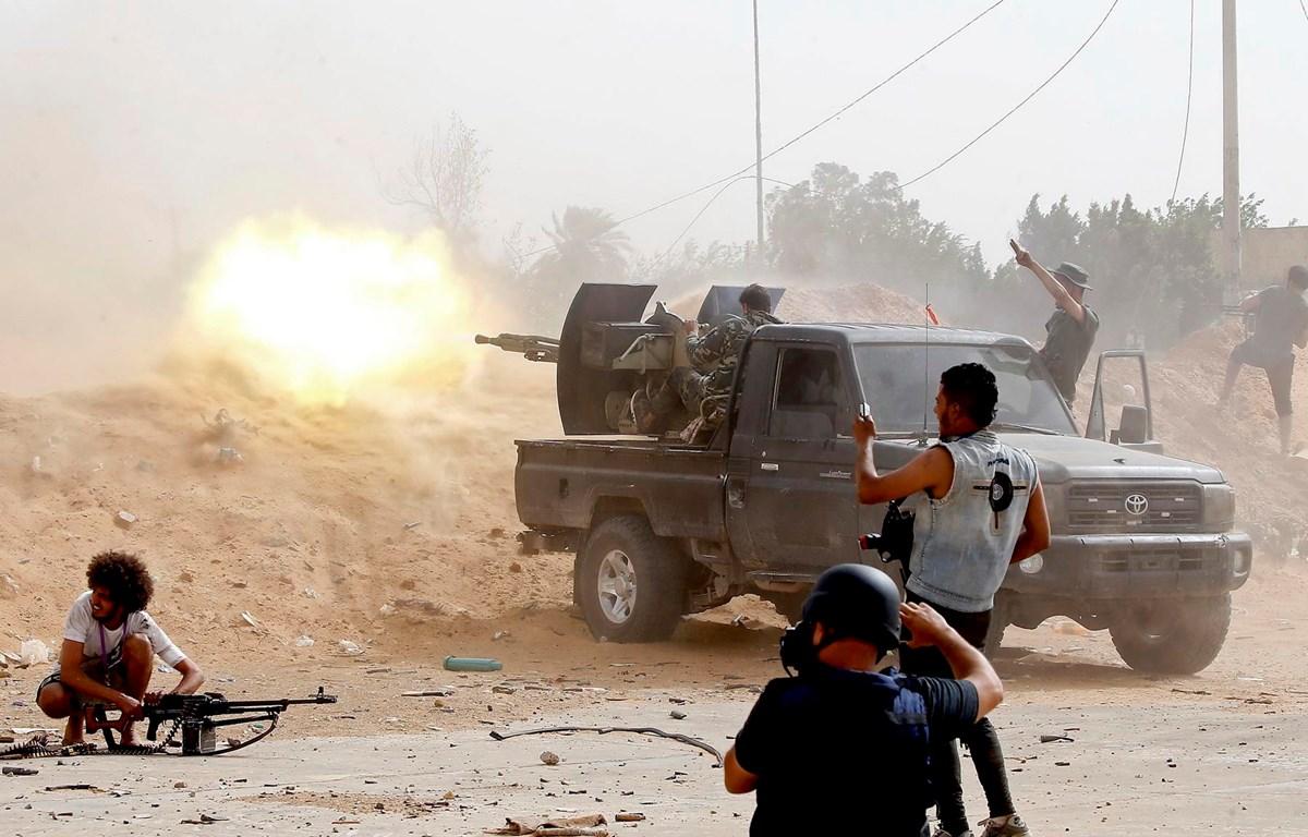 Lực lượng trung thành với Chính phủ Đoàn kết Dân tộc Libya giao tranh với lực lượng tự xưng Quân đội Quốc gia Libya (LNA) ở Tripoli. (Ảnh: AFP/TTXVN)