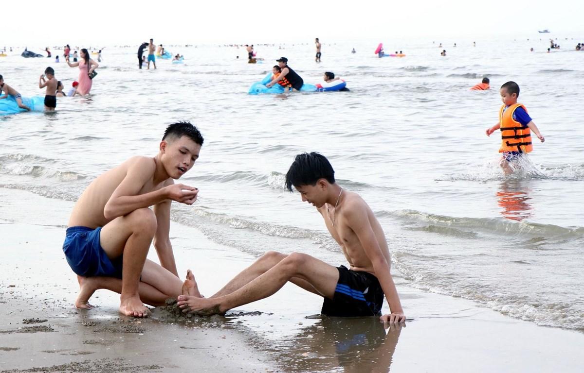 Nhiều người dân đến tắm ở bãi biển Xuân Hải, huyện Lộc Hà. (Ảnh: Công Tường-TTXVN)