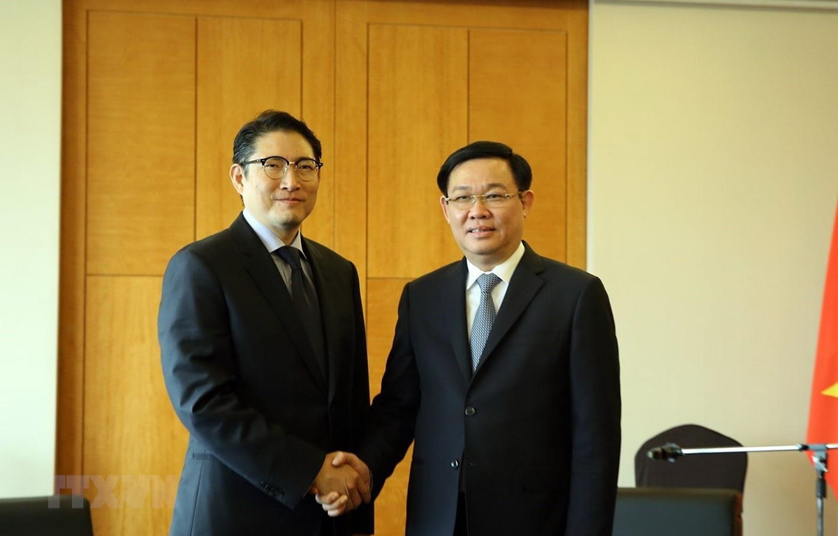 Đồng chí Vương Đình Huệ, Ủy viên Bộ Chính trị, Phó Thủ tướng Chính phủ tiếp Chủ tịch Tập đoàn Hyosung Cho Hyun Joon. (Ảnh: Phóng viên TTXVN tại Hàn Quốc)