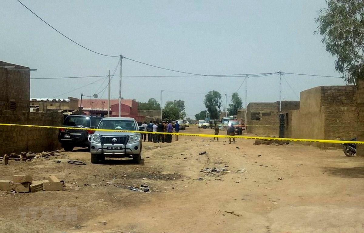 Hiện trường một vụ tấn công ở Ouagadougou. (Ảnh: AFP/ TTXVN)