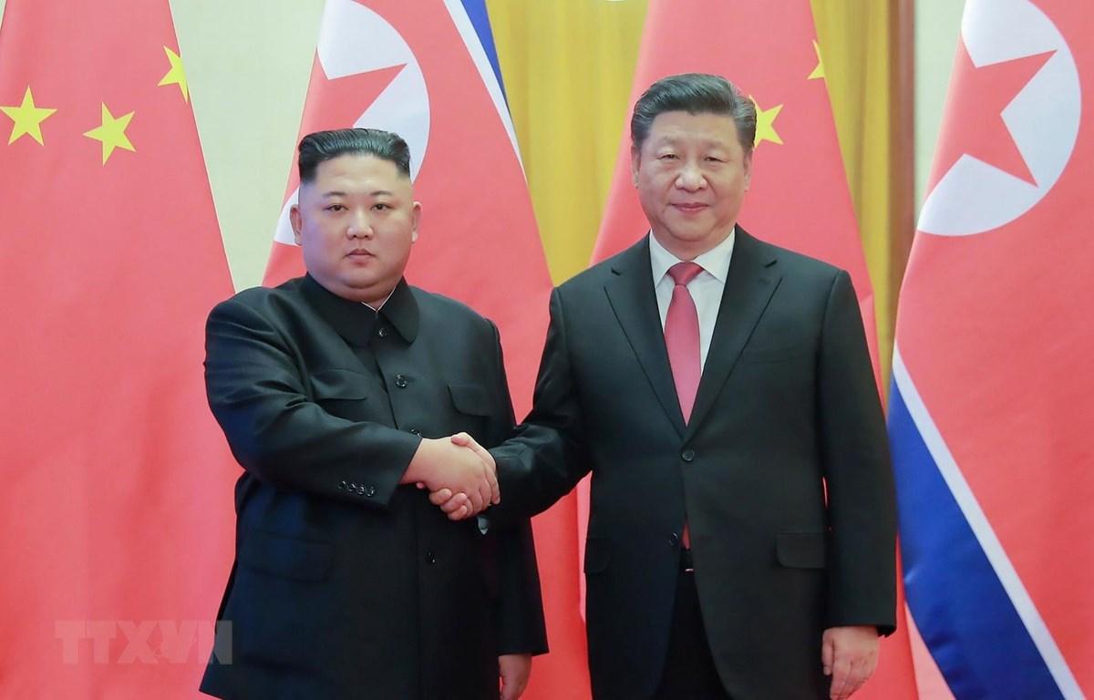 Chủ tịch Trung Quốc Tập Cận Bình (phải) và nhà lãnh đạo Triều Tiên Kim Jong-un trong cuộc gặp tại Bắc Kinh, Trung Quốc, ngày 8/1/2019. (Ảnh: AFP/TTXVN)