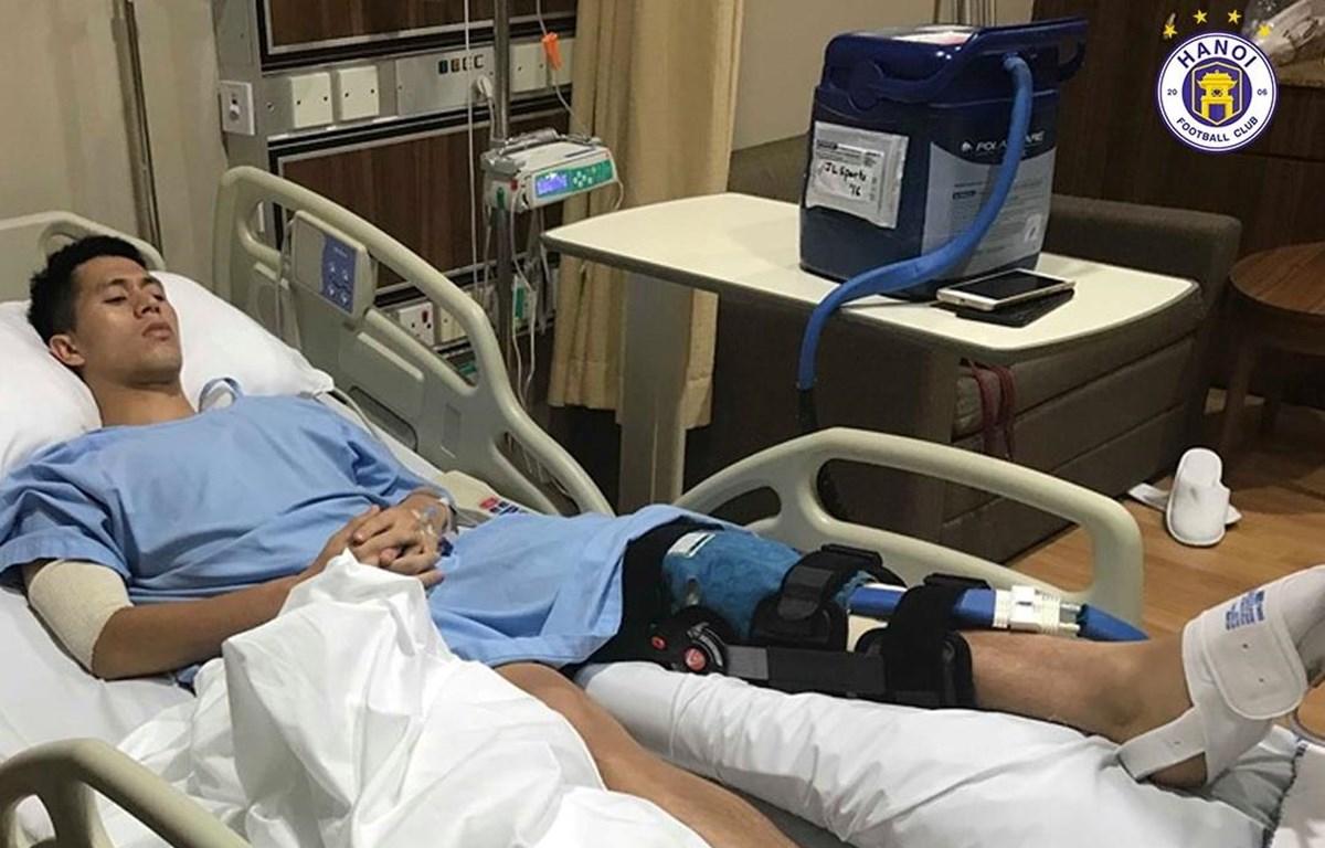 Đình Trọng đã phẫu thuật thành công chấn thương dây chằng tại Singapore chiều 25/6. (Nguồn: Hà Nội FC)