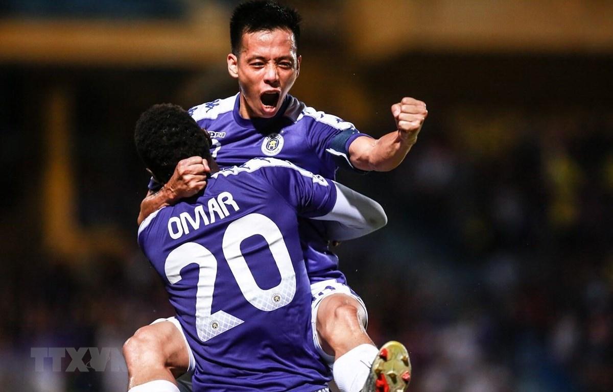 Văn Quyết và Omar ghi bàn giúp Hà Nội FC chiến thắng. (Ảnh: Trọng Đạt/TTXVN)