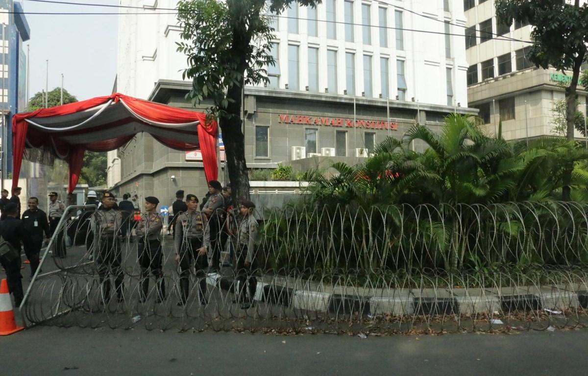 Cổng vào Tòa án Hiến pháp được tăng cường lực lượng an ninh và rào dây thép gai. (Ảnh: Đỗ Quyên/Vietnam+)