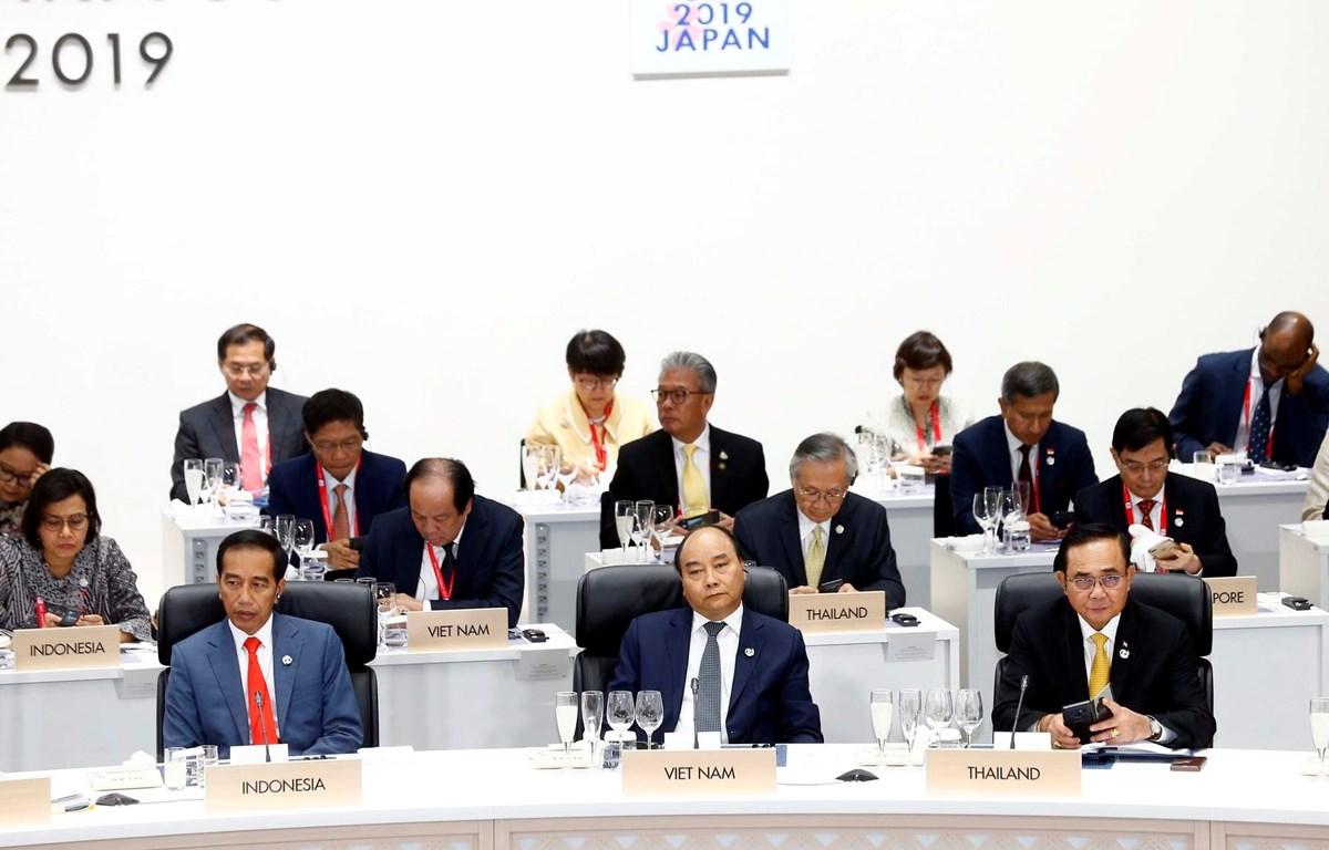 Thủ tướng Nguyễn Xuân Phúc dự Phiên thứ nhất về Kinh tế toàn cầu, Thương mại và Đầu tư. (Ảnh: Thống Nhất/TTXVN)