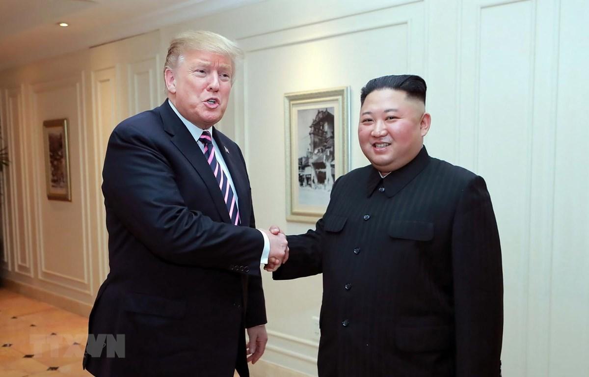 Tổng thống Mỹ Donald Trump (trái) và nhà lãnh đạo Triều Tiên Kim Jong-un trong cuộc gặp thượng đỉnh tại Hà Nội. (Ảnh: AFP/ TTXVN)
