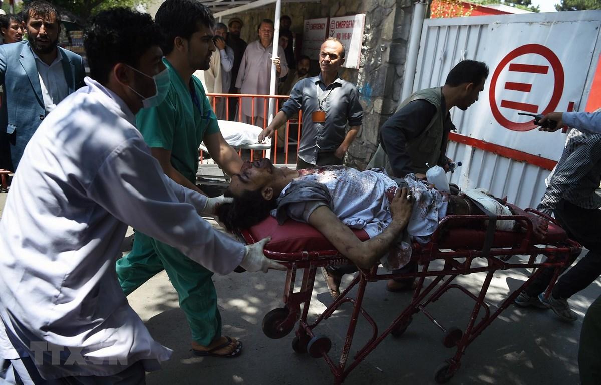 Chuyển nạn nhân bị thương trong vụ đánh bom tại Kabul, Afghanistan, tới bệnh viện ngày 1/7. (Ảnh: AFP/TTXVN)