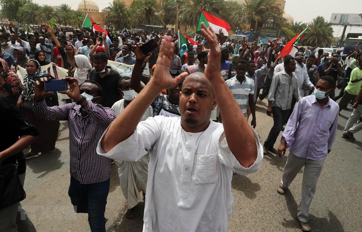 Hàng chục nghìn người Sudan tham gia biểu tình tại thủ đô Khartoum đòi trao quyền cho chính quyền dân sự ngày 30/6/2019. (Ảnh: THX/TTXVN)