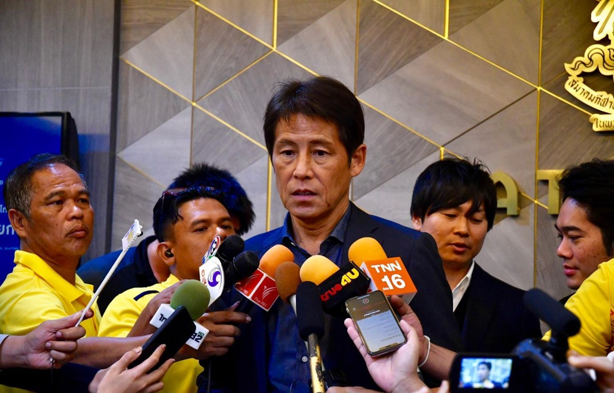 HLV Akira Nishino trả lời báo chí. (Nguồn: Bangkok Post)