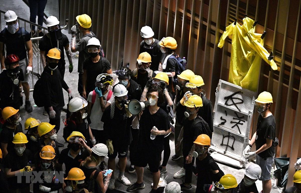 Những người biểu tình quá khích tràn vào tòa nhà cơ quan lập pháp ở Hong Kong, Trung Quốc, ngày 1/7. (Ảnh: AFP/TTXVN)