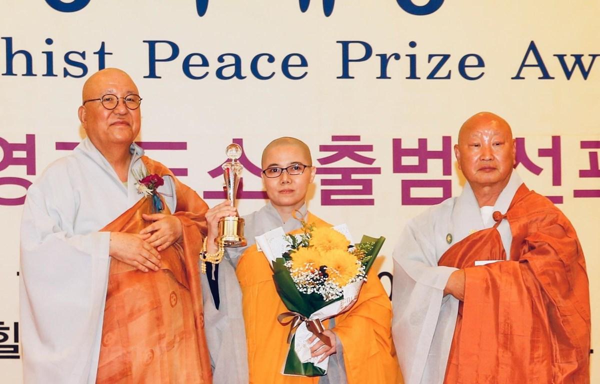 Chủ tịch Hội Phật tử Việt Nam tại Hàn Quốc, Sư cô Thích nữ Giới Tánh (giữa), vinh dự được nhận giải thưởng. (Ảnh: Mạnh Hùng/Vietnam+)