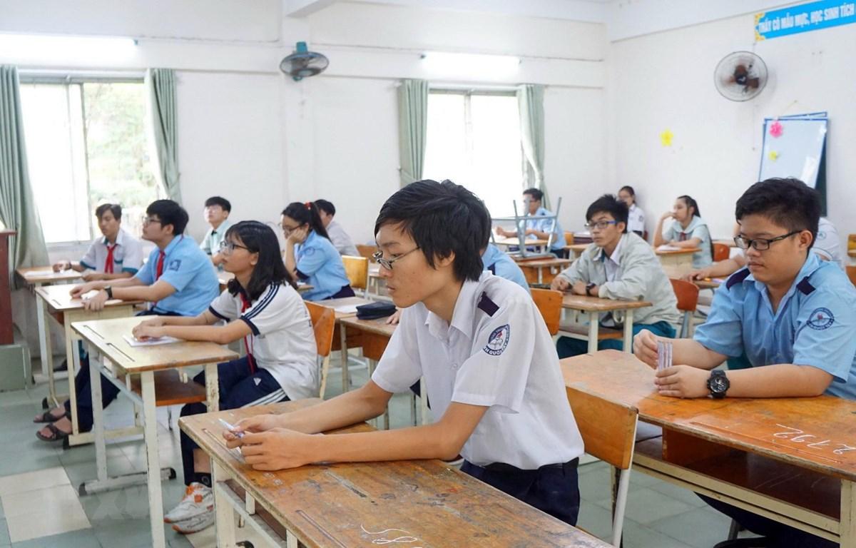 Thí sinh dự thi tại điểm thi trường Trung học Cơ sở Điện Biên (quận Bình Thạnh) trước giờ làm bài môn Ngữ văn, sáng 2/6. (Ảnh: Thu Hoài/TTXVN)