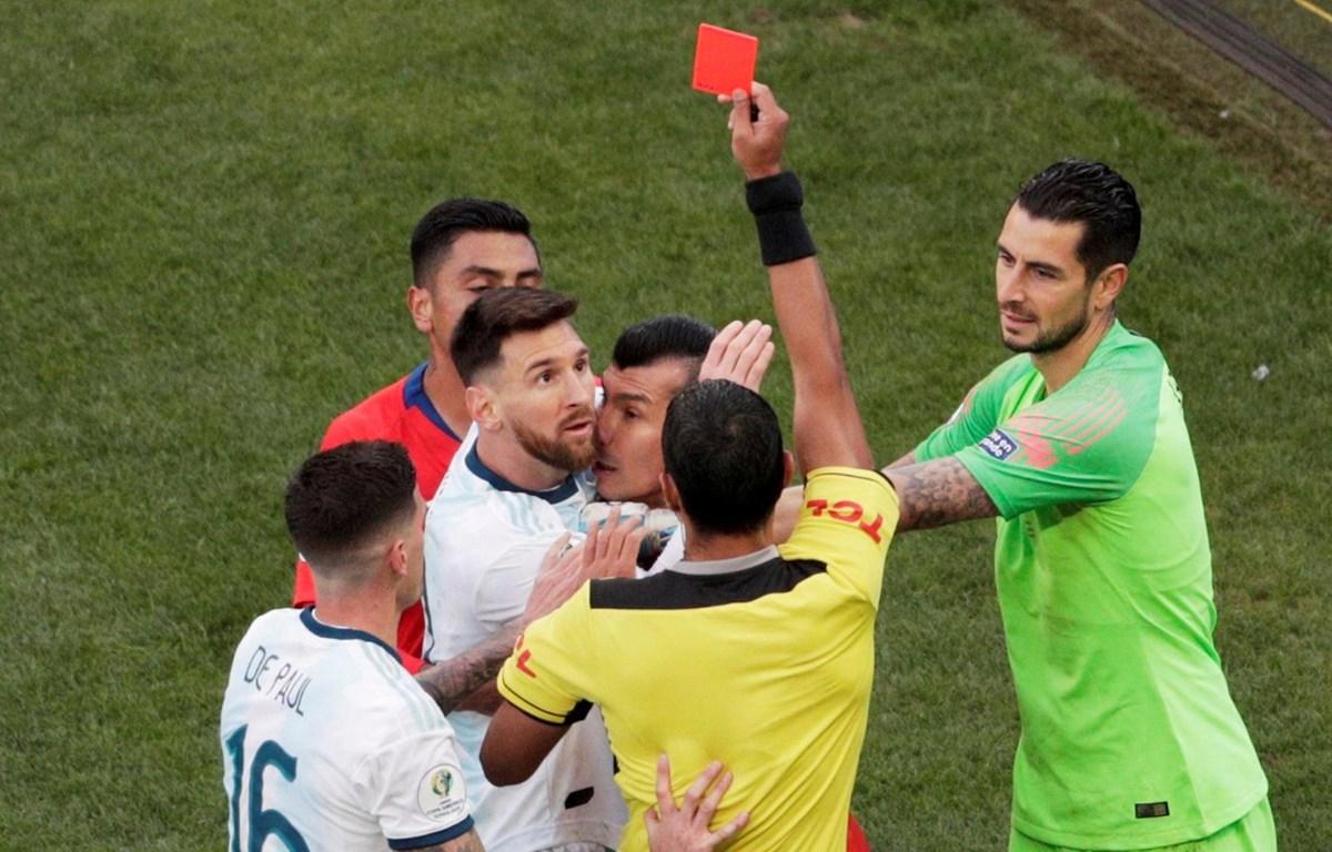 Messi lĩnh thẻ đỏ trực tiếp. (Nguồn: Reuters)