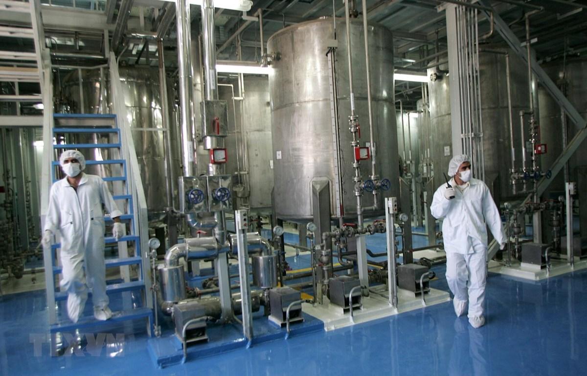 Kỹ thuật viên Iran kiểm tra các thiết bị tại cơ sở làm giàu urani Isfahan ở cách thủ đô Tehran 420km về phía nam. (Ảnh: AFP/TTXVN)