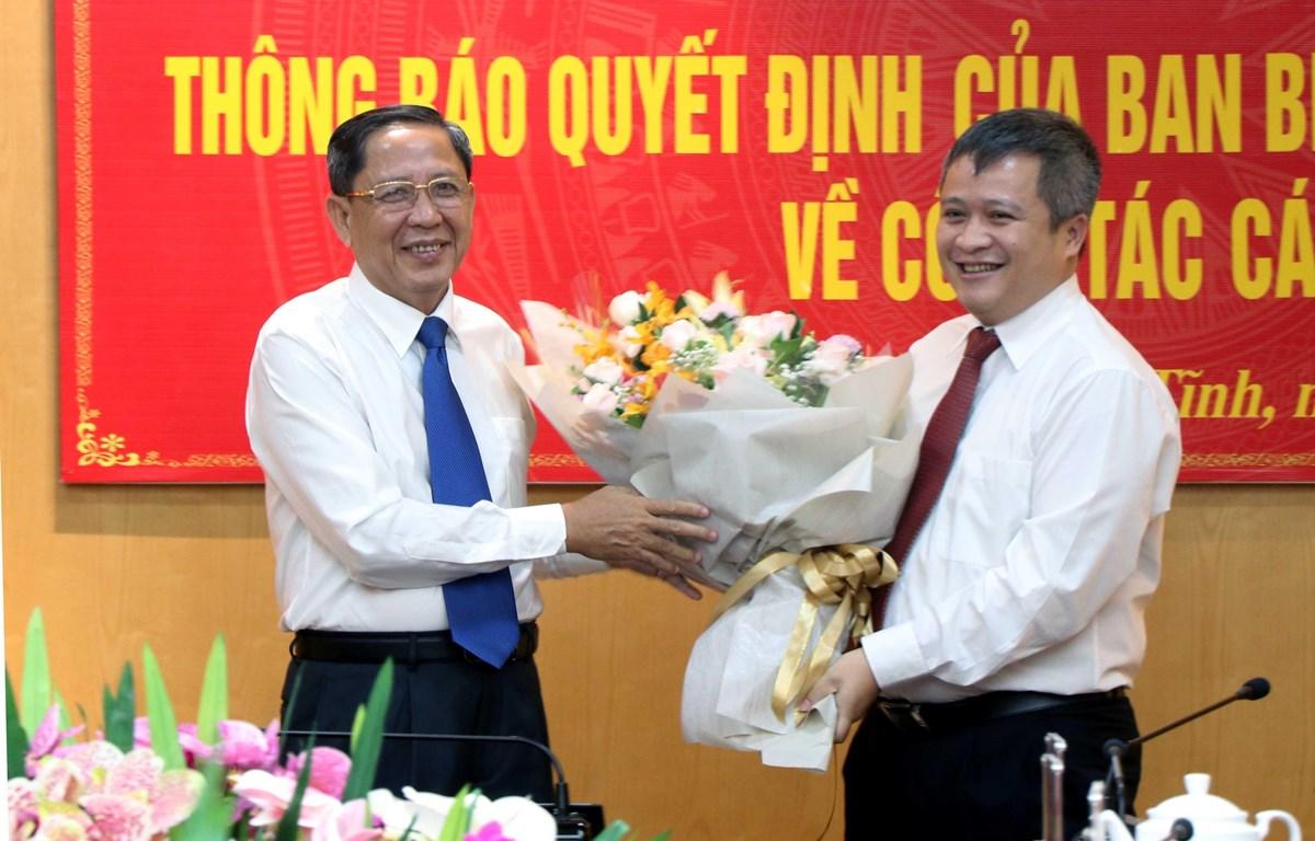 Đồng chí Nguyễn Thanh Sơn, Phó Chủ nhiệm Ủy Ban Kiểm tra Trung ương tặng hoa cho đồng chí Trần Tiến Hưng. (Ảnh: Công Tường/TTXVN)