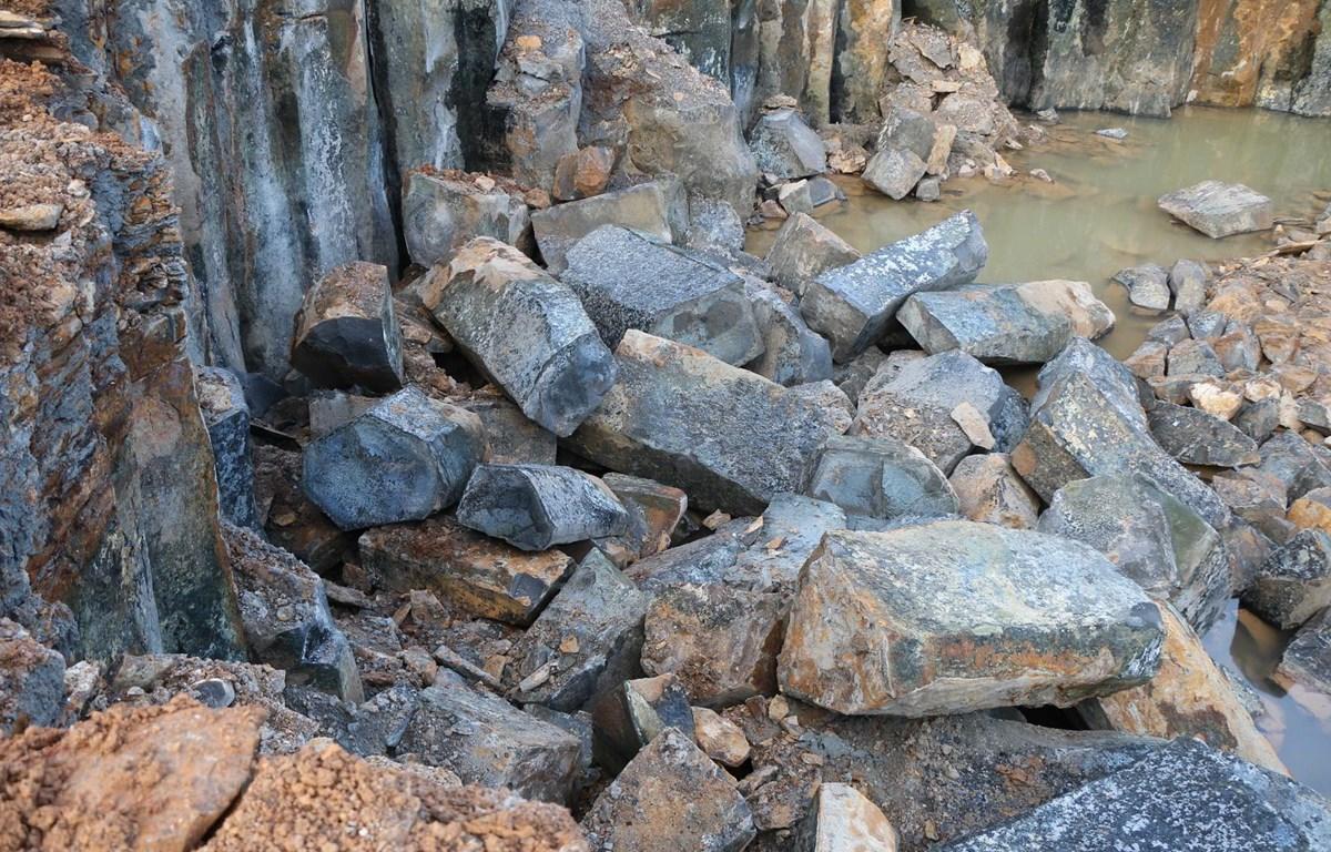 Công trường khai thác đá trái phép bị lực lượng chức năng phát hiện. (Ảnh: Đậu Tất Thành/TTXVN)