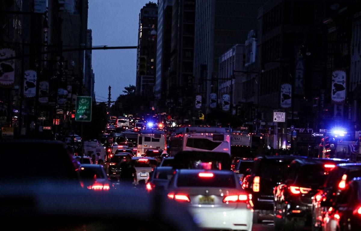 Manhattan chìm trong bóng tối do mất điện. (Nguồn: Reuters)