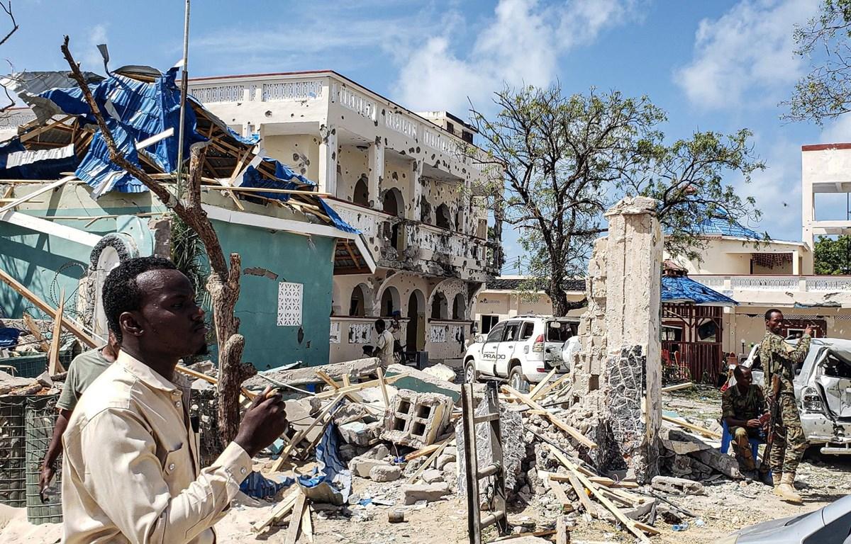 Hiện trường đổ nát sau vụ tấn công của phiến quân nhằm vào khách sạn nổi tiếng Medina ở Kismayo, miền Nam Somalia ngày 13/7. (Ảnh: AFP/TTXVN)