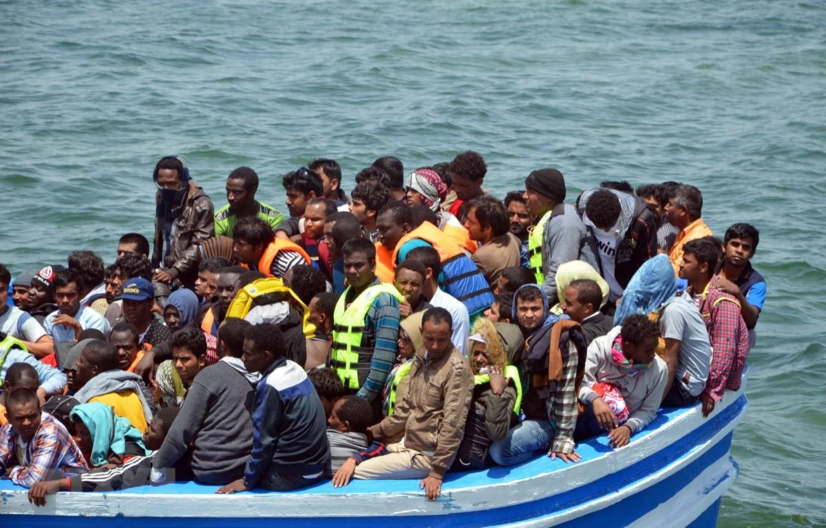 Người di cư được lực lượng bảo vệ bờ biển cứu. (Ảnh: AFP/TTXVN)