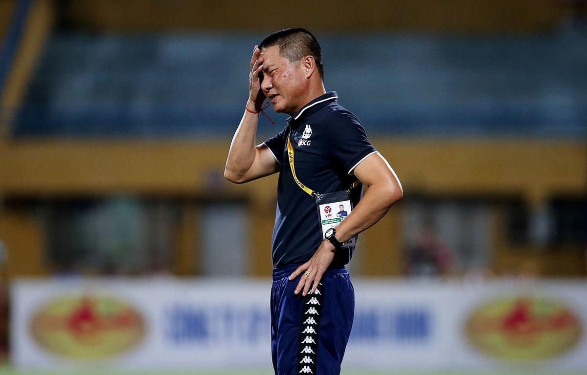 HLV Chu Đình Nghiêm xin lỗi vì hành vi thiếu kiềm chế. (Ảnh: HanoiFC)