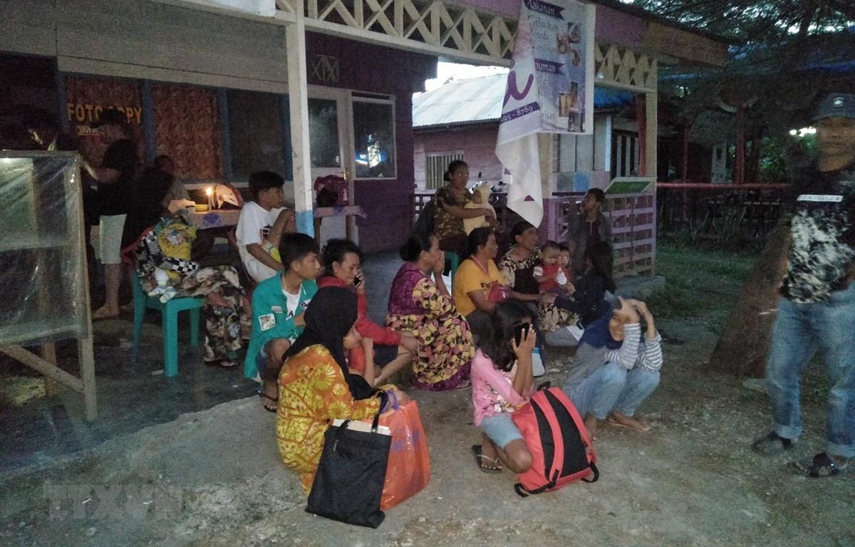 Người dân chạy ra khỏi nhà do lo ngại những dư chấn sau trận động đất ở Maluku, Indonesia ngày 14/7. (Ảnh: AFP/TTXVN)